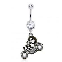 Piercing nombril biker à crane posé sur une moto